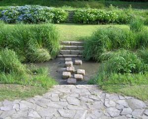 2) 飛び石のある水路